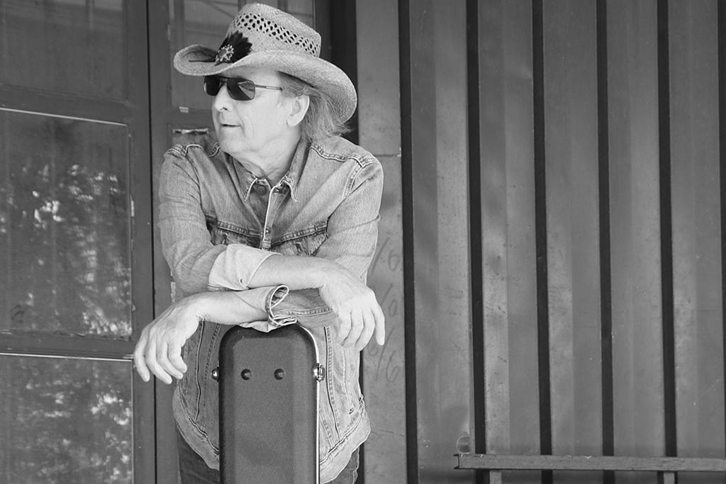 Läkaren sade att han aldrig skulle kunna sjunga igen – kontrade med soloalbum